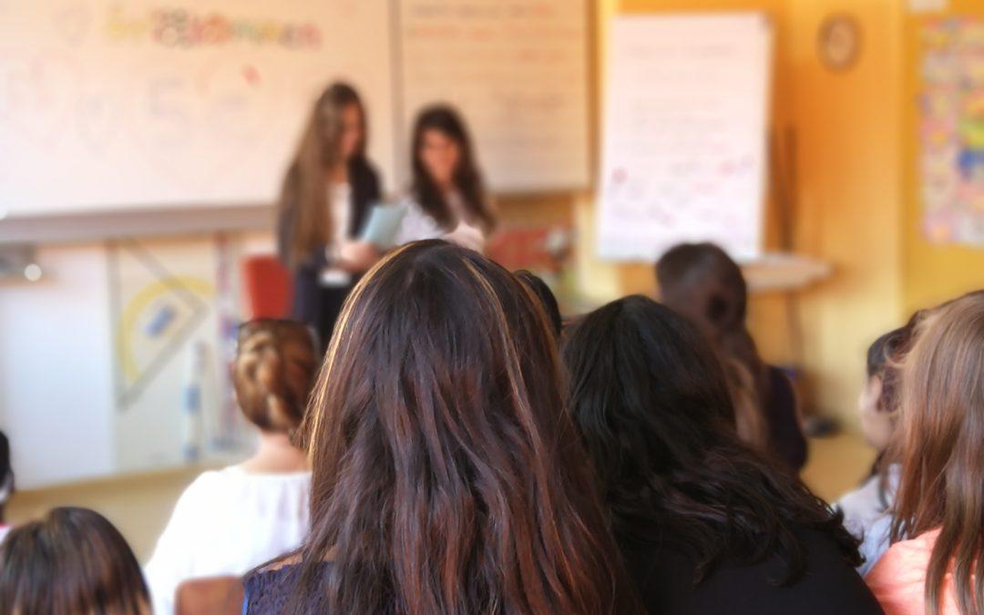 Schülerinnen lesen ihre Geschichte der Klasse vor.